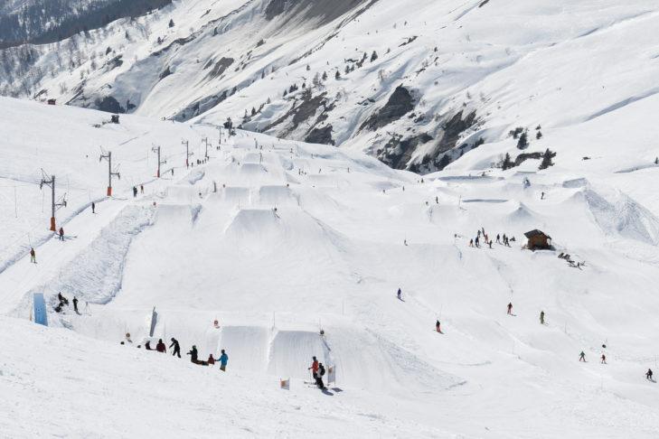 Bestens geshapte Kicker warten im Snowpark von Chamonix.