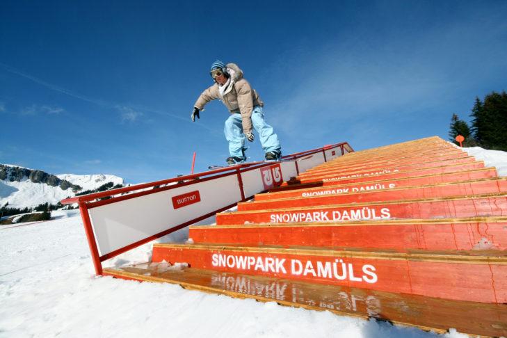 Der Burton Snowpark in Damüls hält vielseitige Elemente bereit, wie diese Treppe mit schön langer Rail.