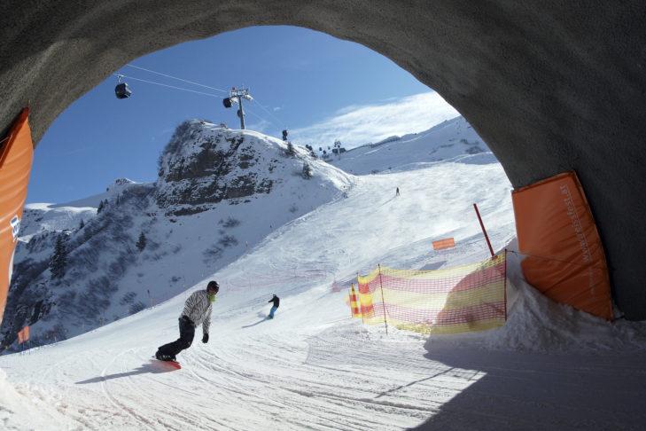 Die Pisten in Damüls führen auch mal durch einen Skitunnel.