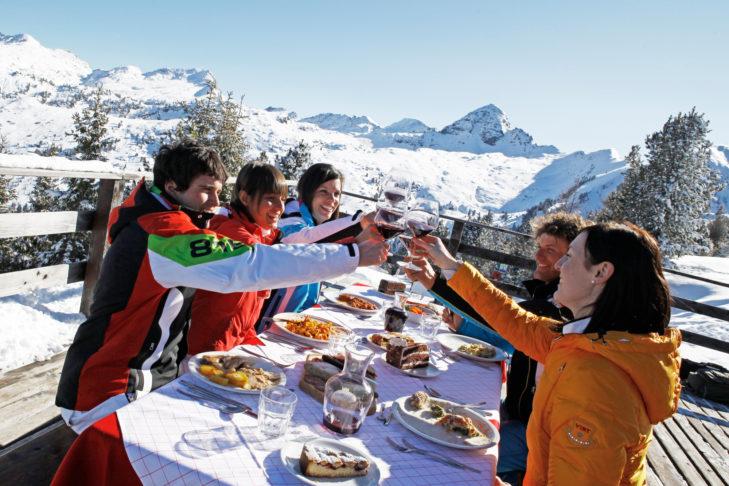 Das Après-Ski im Skigebiet Val di Fiemme-Obereggen kann gemütlich und kulinarisch hochwertig gestaltet werden.