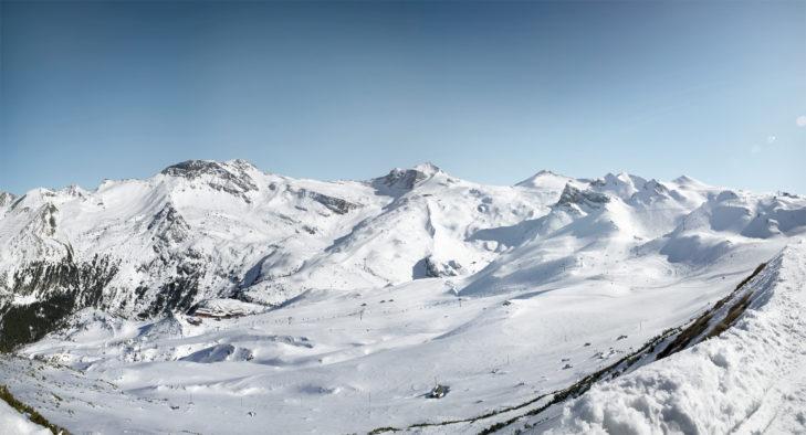 Panoramaansicht auf den Hintertuxer Gletscher mit seinen breiten Pisten.