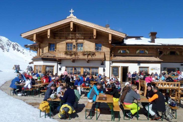 60 Skihütten, Almen und Gaststätten warten im Skigebiet Kitzbühel auf hungrige Skifahrer.