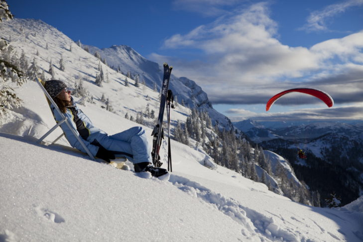 Schnee, Sonne, Skifahren und Actionsport - im Skigebiet Zahmer Kaiser und in der Region Kaiserwinkl lässt sich alles bestens vereinen.
