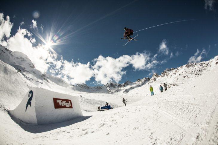 Der Snowpark am Kaunertaler Gletscher bietet bestens geshapte Kicker für Freestyle-Sessions.