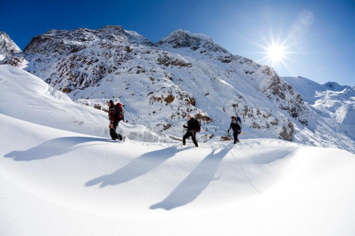 Winterwanderungen im Tiefschnee ist eine der zahlreichen Freizeitmöglichkeiten am Kaunertaler Gletscher.