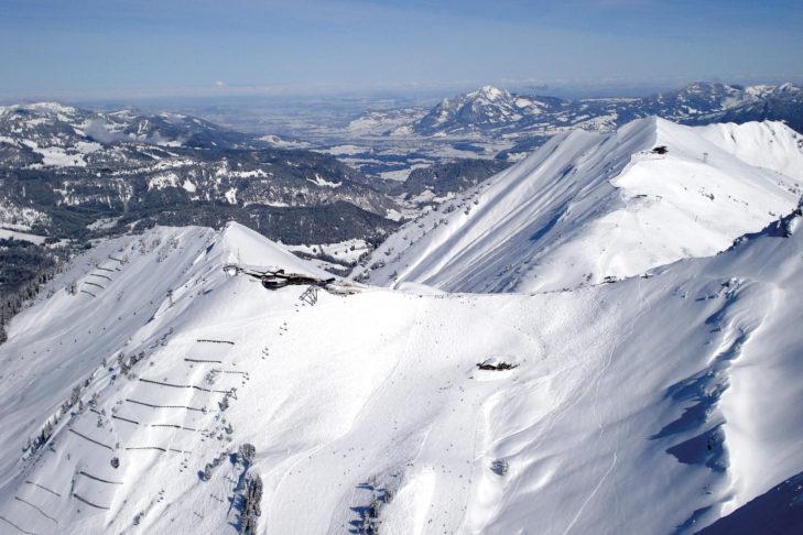Panorama über einen Bergkamm im Skigebiet Kleinwalsertal.