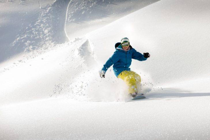 Snowboarderin im Tiefschnee
