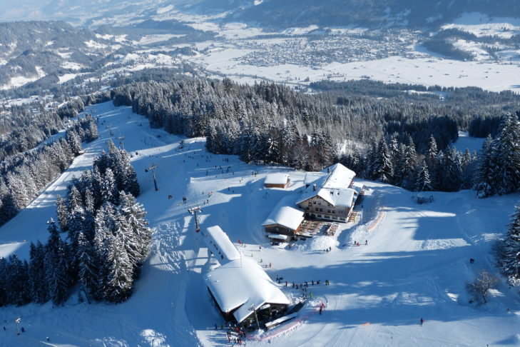 Bergstation und malerische Waldabfahrt im Skigebiet Oberstdorf.