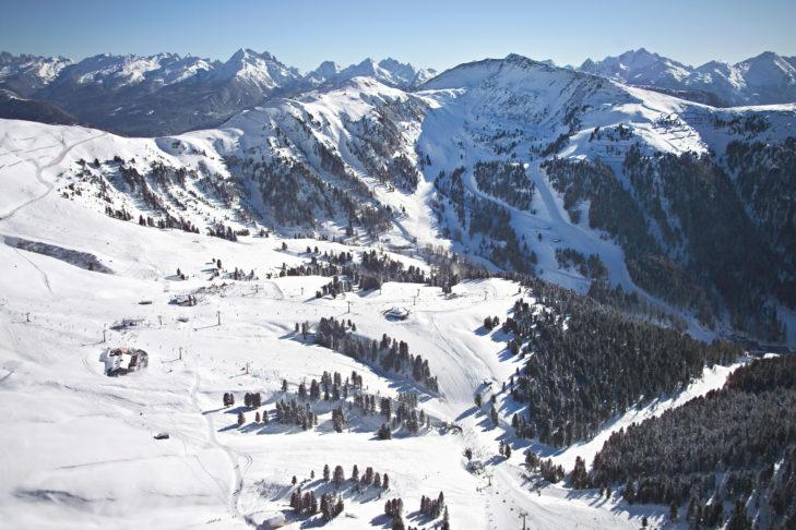 Luftaufnahme über das Skigebiet Val di Fiemme-Obereggen.