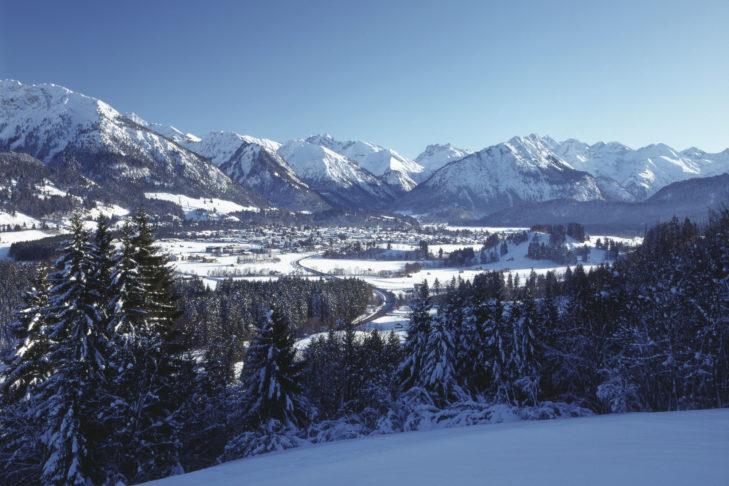 Panoramablick über das Tal und den Kneippkurort Oberstdorf.