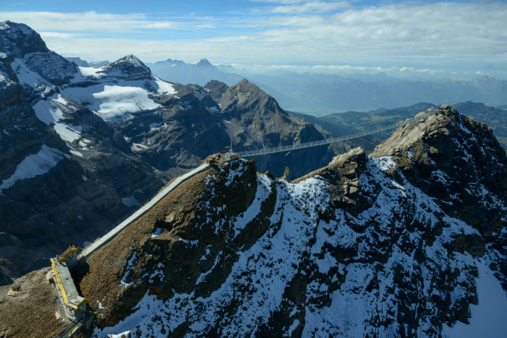 Der Peak Walk verbindet zwei Gipfel miteinander.