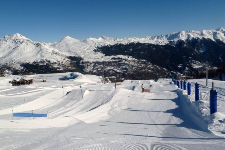 Freestyler kommen in den vier Funparks des Skigebiets Serre Chevalier auf ihre Kosten.
