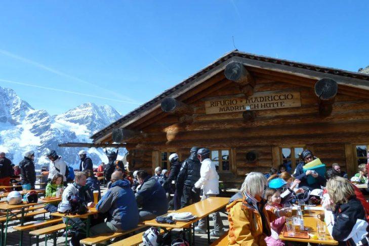 Entspannte Pause auf der Hütte im Skigebiet Sulden.