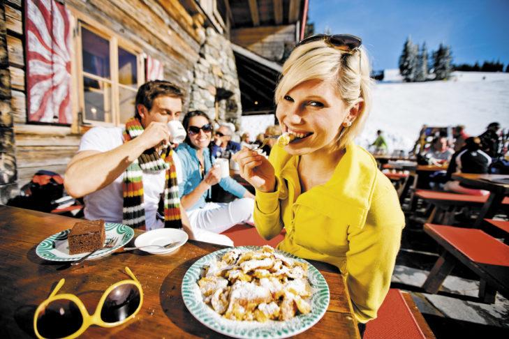 Die Hütten im Skigebiet Schladming-Dachstein tischen regionale Spezialitäten wie den beliebten Kaiserschmarrn auf.