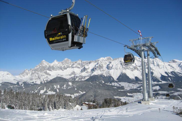 Moderne Gondeln fahren auf die Reiteralm im Skigebiet Schladming-Dachstein.
