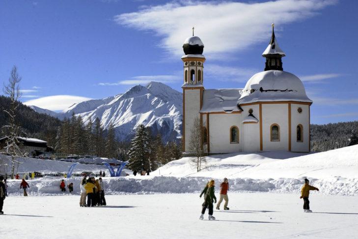 In Seefeld gibt es einen familienfreundlichen Eislaufplatz mit hübscher Kulisse.