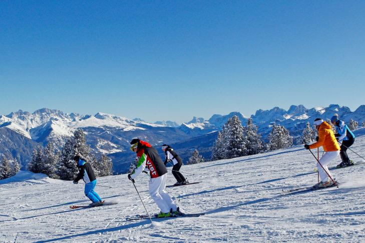 Genüssliches Carven im Skigebiet Val di Fiemme-Obereggen vor Traumpanorama.