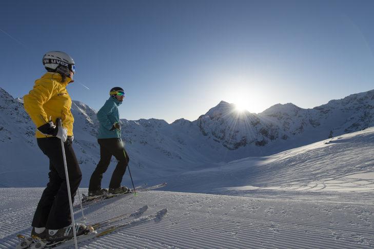 Sonnige Abfahrt im Skigebiet Sulden am Ortler.