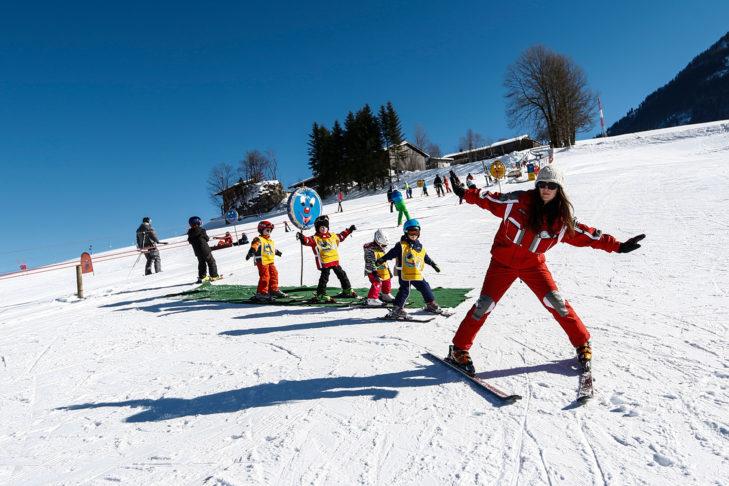 Am Anfang jedes Skikurses steht das Erlernen des Schneepflugs auf dem Programm.