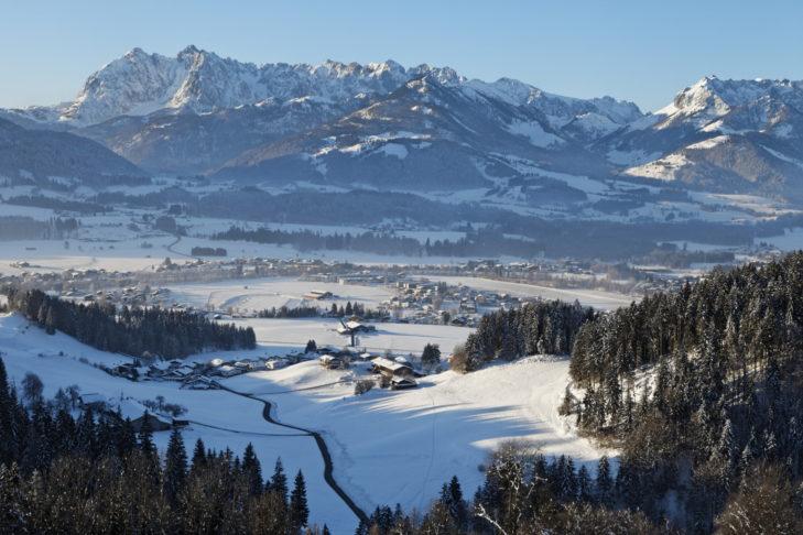 Luftaufnahme über Walchsee und das Kaisergebirge.