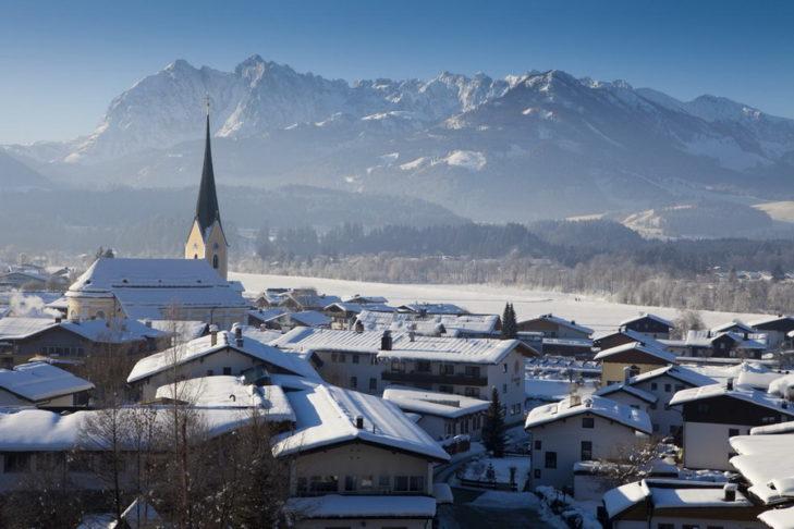 Das Dorf Walchsee im Angesicht des Kaisergebirges.