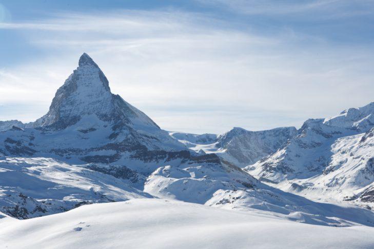 Zermatt Matterhorn: Blick auf verschneite Gipfelspitzen.