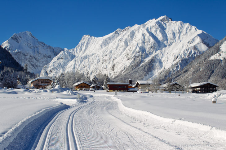 Doppelt gespurte Langlaufloipe mit Skating-Spur bei Maurach am Achensee.