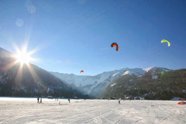 Snowkiter am Ufer des Achensees.