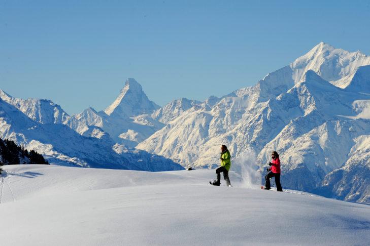 Schneeschuhwanderer in der Aletsch Arena, Schweiz mit Blick auf das Matterhorn.
