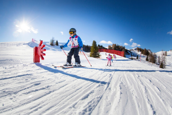Kinder auf einer Spaßpiste im Skigebiet Alta Badia.