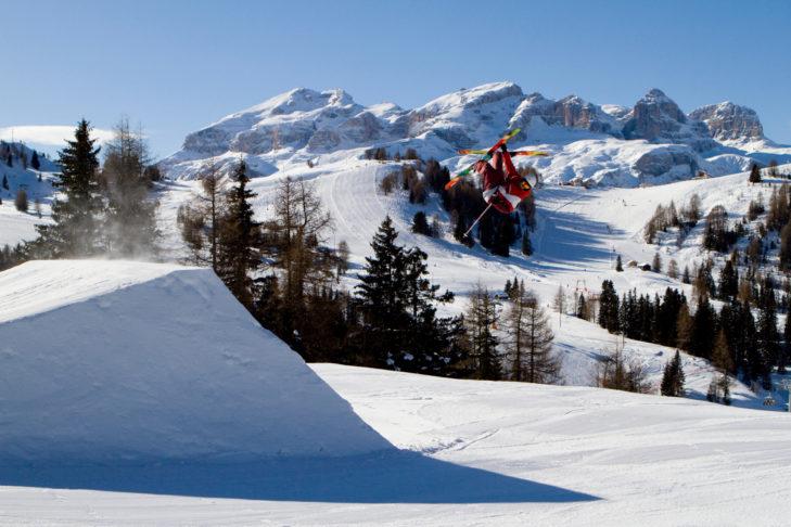 Kicker-Stunt im Snowpark Alta Badia.