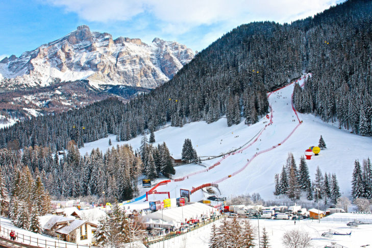 Waldabfahrt mit Talstatoin im Skigebiet Alta Badia.