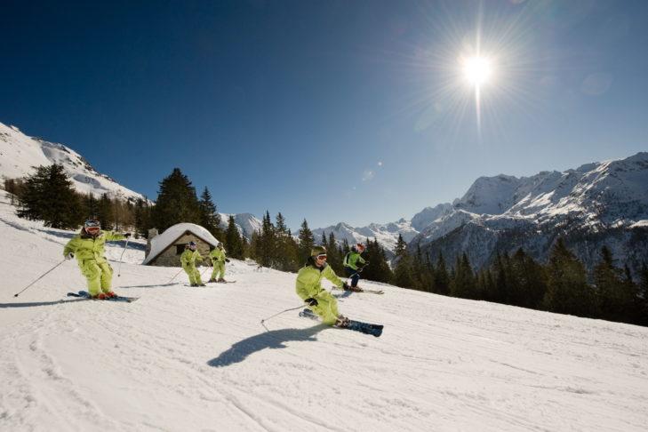 Skifahrer auf sonniger Piste im Skigebiet Aprica.
