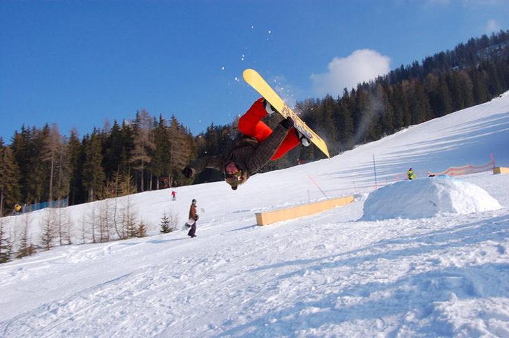 Snowboarder im Snowpark Aprica.