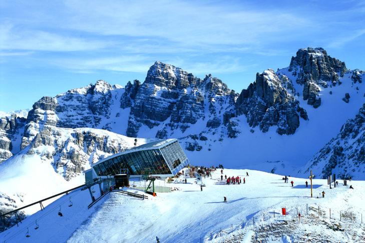 Die Bergstation mit dem Hoadl Haus im Skigebiet Axamer Lizum.