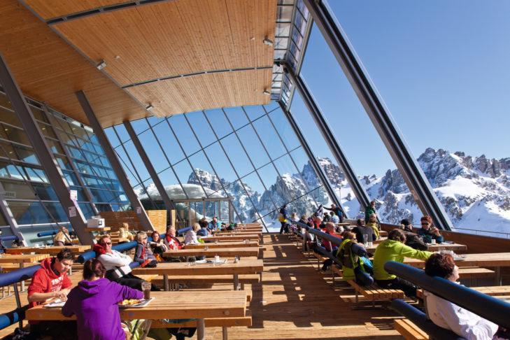 Skigebiet Axamer Lizum: die moderne Sonnenterrasse vom Hoadl Haus.