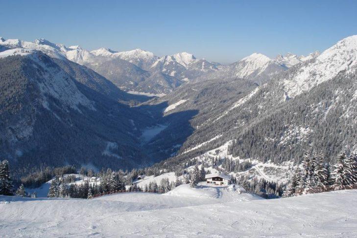 Weitere Skigebiete der Tiroler Zugspitzarena sind nicht weit.
