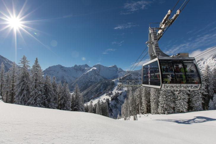 Mit der 60-Personen-Pendelbahn geht es ins Skigebiet Brandnertal.