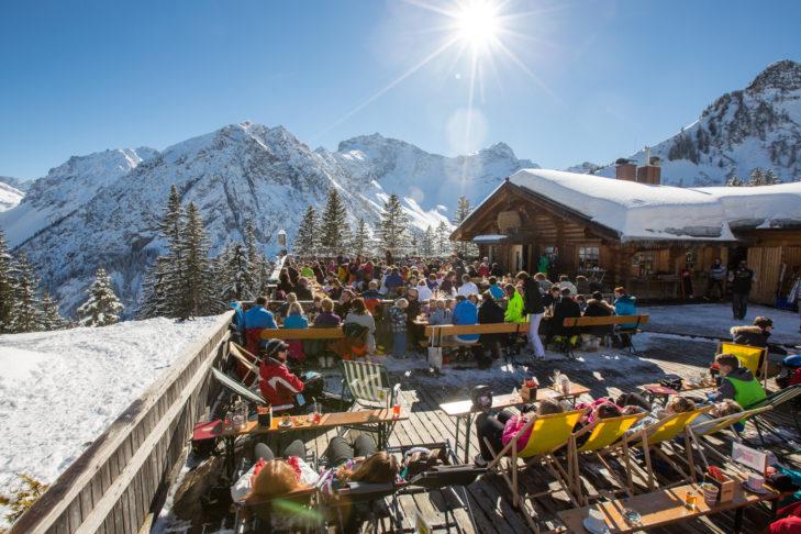 Das Après-Ski im Skigebiet Brandnertal wird mit einem Sonnebad auf der Skihütte eingeläutet.