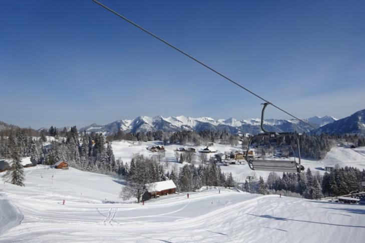 Skigebite mit Sessellift: Winterliches Panorama im Brandnertal.