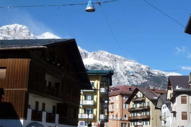 Blick aus den Straßen von Cortina d'Ampezzo in Richtung Berge.