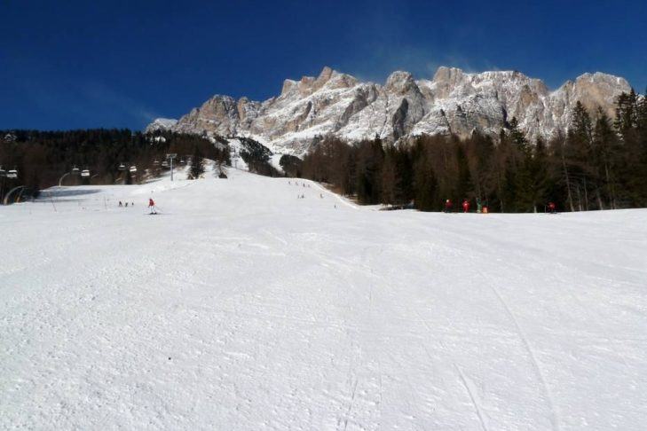 Skigebiet Cortina d'Ampezzo: Breite Genießerpiste mit Dolomiten-Kulisse.