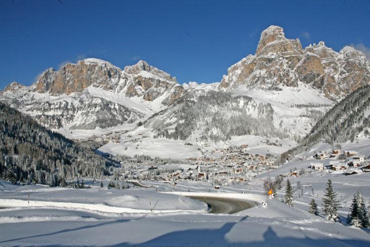 Ortsansicht auf das winterliche Corvara.