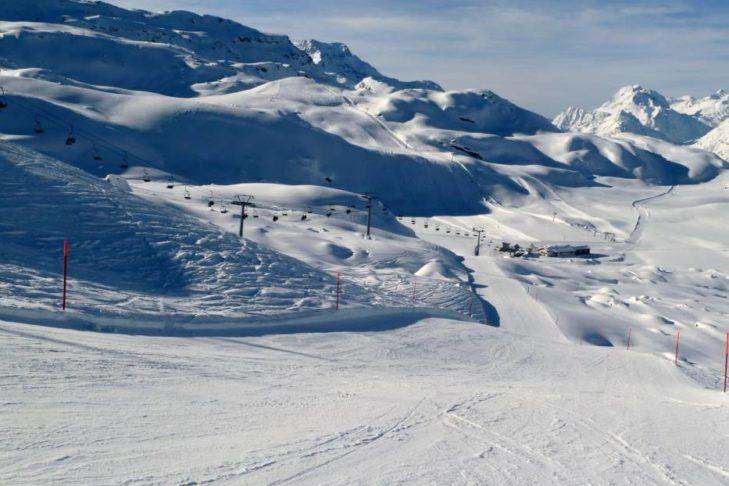 Weiße Pistenlandschaft im Skigebiet Piz Corvatsch.
