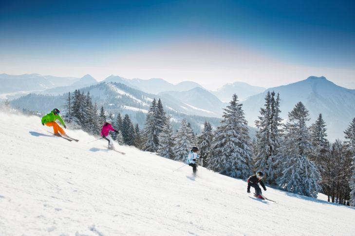 Skifahrer im Skigebiet Gaissau-Hintersee in der Fuschlsee-Region.
