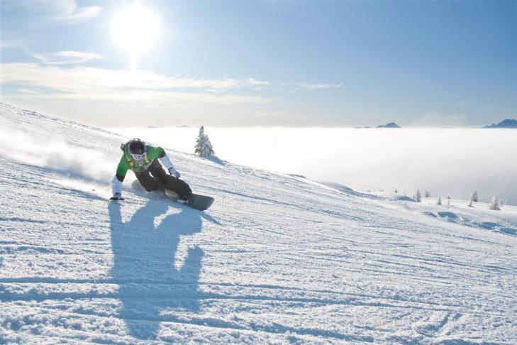 Snowboarder auf einer Genusspiste im Skigebiet Gerlitzen.