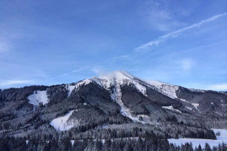 Idylle pur mit Blick auf verschneite Gipfel.