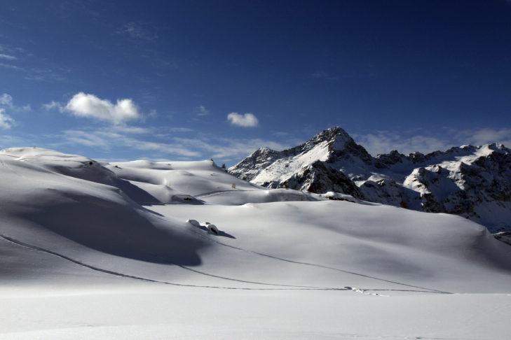 Die schneebedeckten Berghänge bieten viel Raum zum Schneeschuhwandern und Skitourengehen.