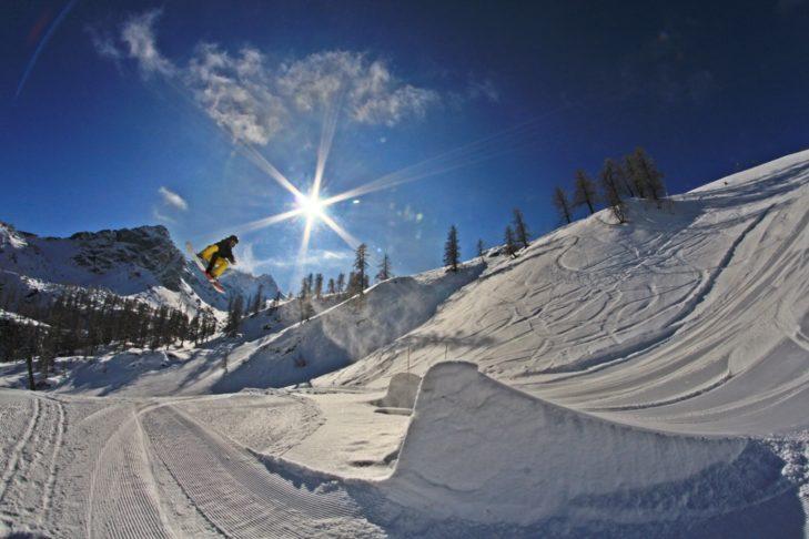 Snowboarder beim Jump im Snowpark von Monterosa Ski.