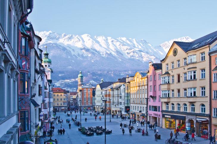 Das klassische Postkarten-Motiv: Innenstadt von Innsbruck mit Bergpanorama.